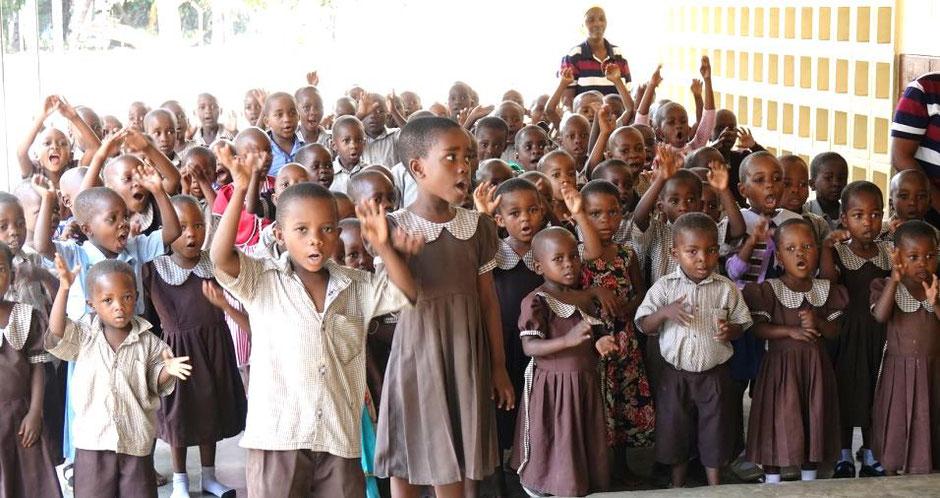 350 Kinder werden in den Kindergärten in Kilimahewa, Mwarusembe und Kimanzichana betreut und verleben glückliche Stunden dort.