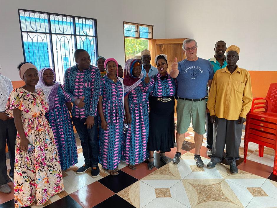 Der Gemeinderat mit Bürgermeister Walter Mapunda (links) ist glücklich über das neue Verwaltungsgebäude.