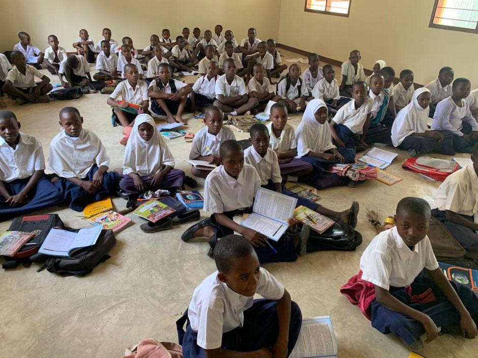 Jetzt findet der Unterricht in der staatlichen Schule wenigstens wieder drinnen statt. Schulbänke fehlen.