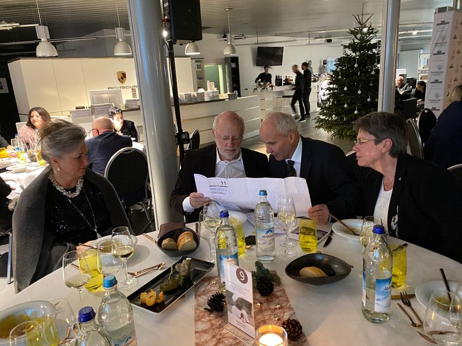 Sigrid und Tilman Ott mit Bernhard und Elke Forster beim Studieren der Krankenhauspläne während der Porsche Spendengala.