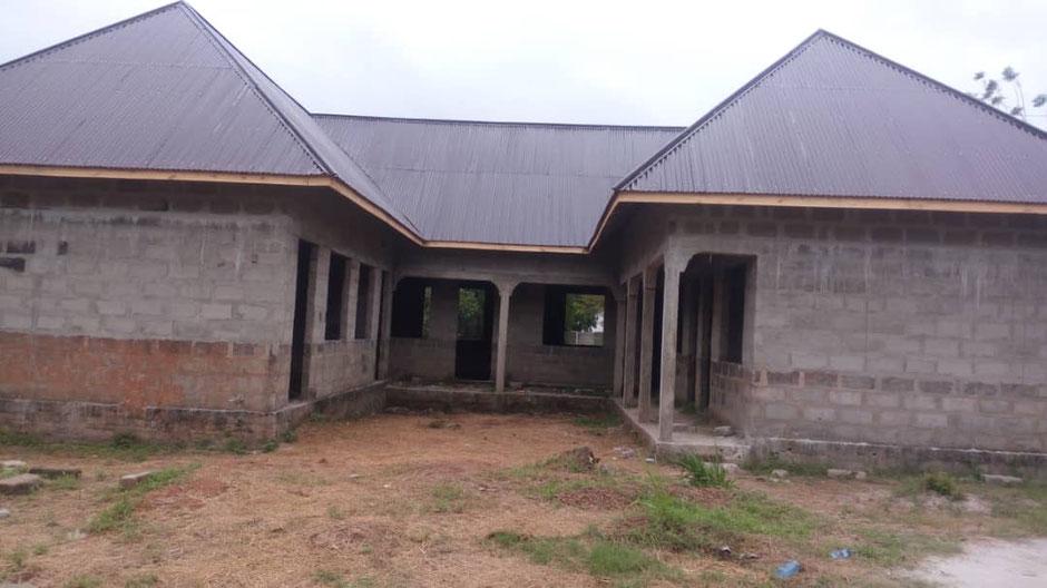 Unser neues Projekt: ein Rathaus für Kilimahewa. Wir zahlen die Materialkosten, die Gemeindebürger erstellen es selbst. Bürgermeister Walter Mapunda zeigt uns den Rohbau im Oktober und jetzt nach drei Monaten Arbeit.