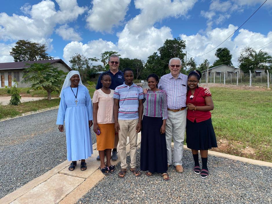 Die Lehrkräfte der St. Gertrude Pre & Primary School mit Markus.