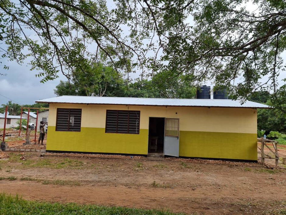 Schlafhalle für die Angehörigen. In Tanzania versorgen immer die Angehörigen die stationären Patienten.
