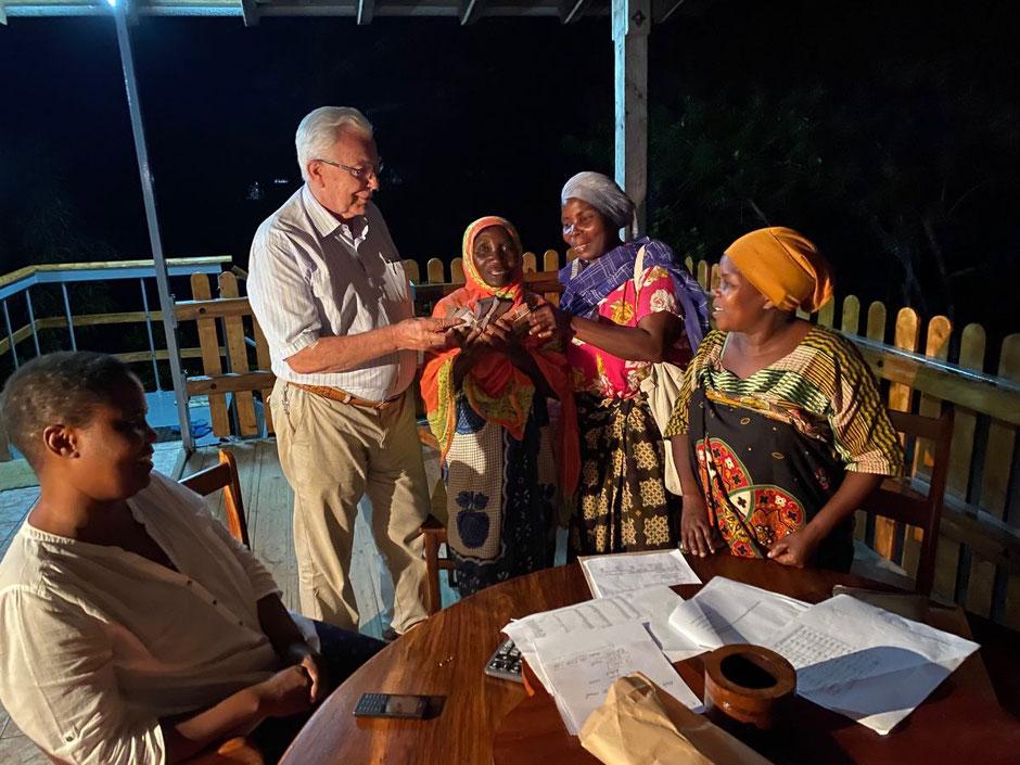 Überglücklich waren die Frauen der AIDS Kommune über unsere Hilfe. Grace, links, die Assistentin von Markus hilft beim Übersetzen.