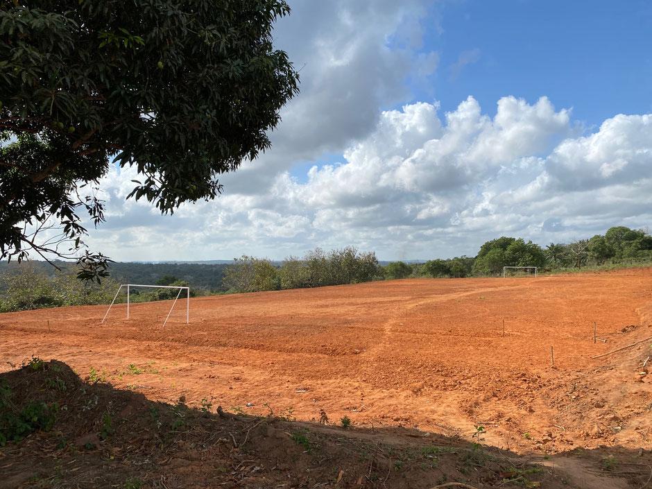Der Schulsportplatz wartet auf die kleine Regenzeit. Dann wird der Rasen angesät.