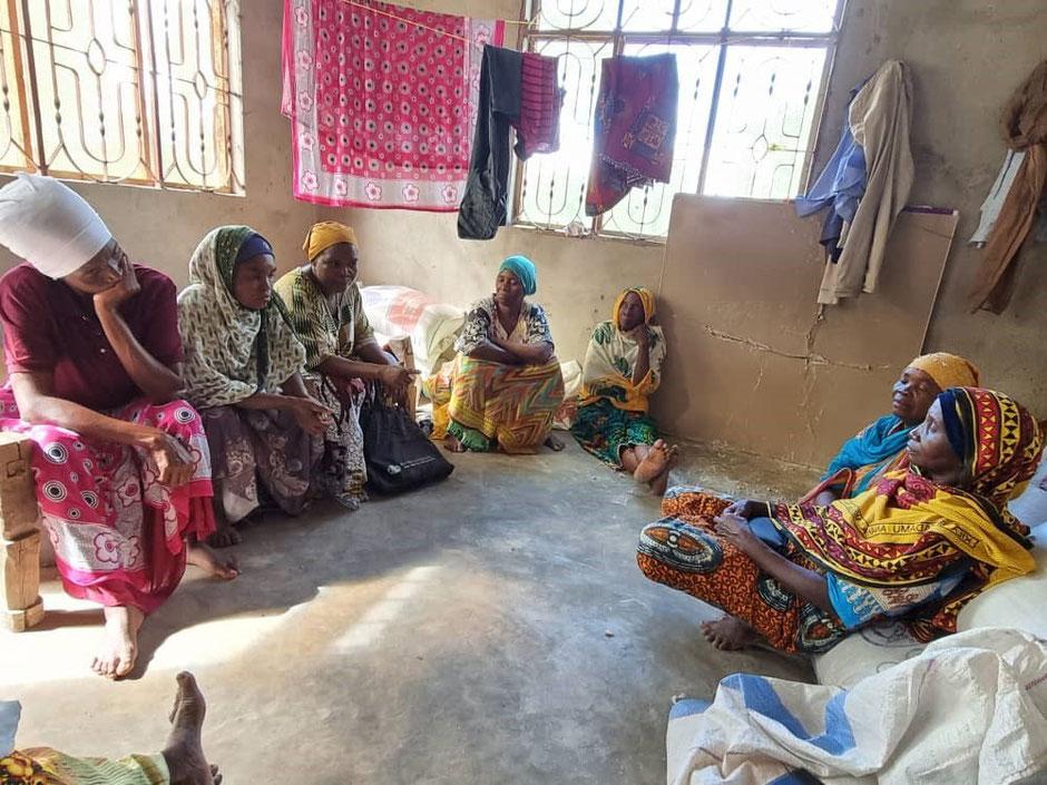 Unsere Hühnerfarm in Kilimahewa wurde an die AIDS Frauen übergeben und bringt die Dorfbewohner wieder zusammen.