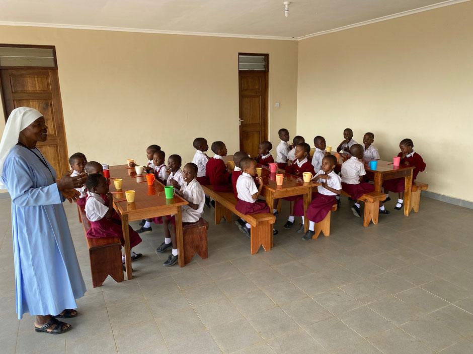Schuldirektorin Sister Rita im Speisesaal mit den ersten beiden Klassen.