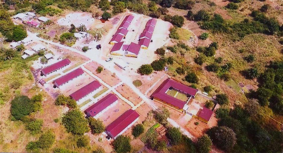 Unsere neue Schule, links die Klassenzimmer, oben das Internat und rechts die Schwesternwohnungen.