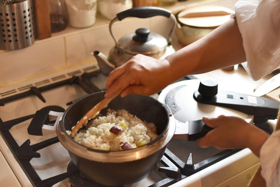 キッチンでの圧力鍋の風景 ホクアのEGGFORM