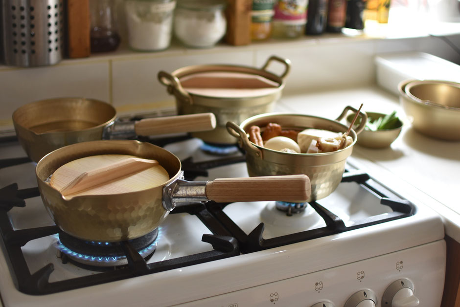 コンロ4つにアルミ鍋4つが並んだ風景 ホクアの小伝具