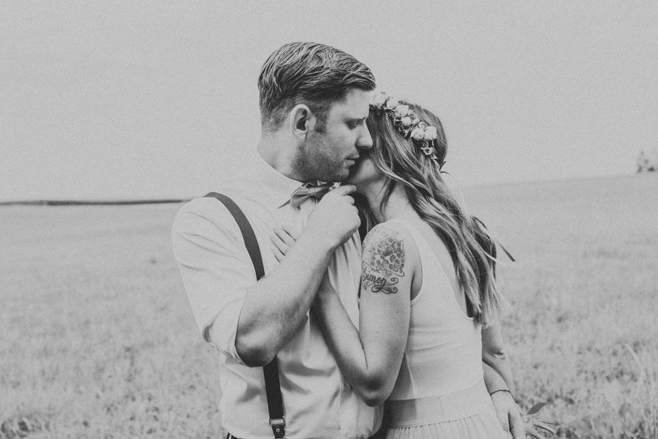 Hochzeitsfotografin Oberösterreich, Brautpaar in der Wiese, Boho, Boho-Hochzeit, Hochzeitsfotograf Vöcklabruck, Gmunden, Salzkammergut