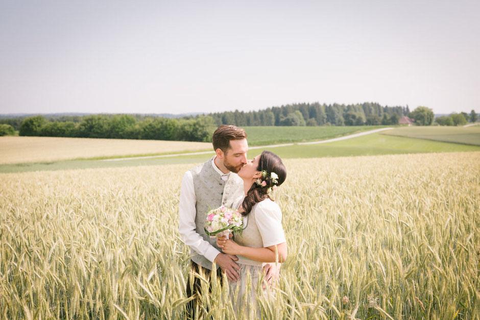 Hochzeitsfotografin Oberösterreich, Brautpaar im Kornfeld, Weizenfeld, Hochzeitsfotograf Vöcklabruck, Trachtenhochzeit, Salzkammergut, Hochzeit Attersee