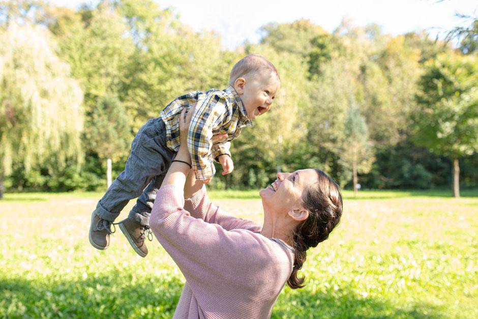 Mama & Kind, eine wunderbare Erinnerung an die ersten Babymonate. Familienfotografin Oberösterreich - Mara Pilz.