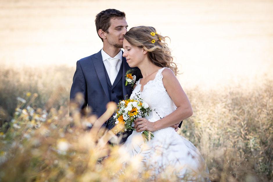 Hochzeitsfotografin Oberösterreich, Brautpaar im Kornfeld, Weizenfeld, Vedahof