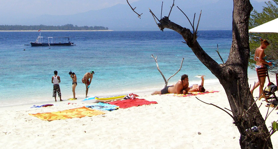 White sand beach of gili islands, gili beach, snorkeling off-the-shore, relaxing, sun bathing, sea, sand, sex, students, backpackers, backpacking, BnB, cheap holidays, paradise, superb, gili air, gili meno, gili trawangan, nightlife, seafood, fishing