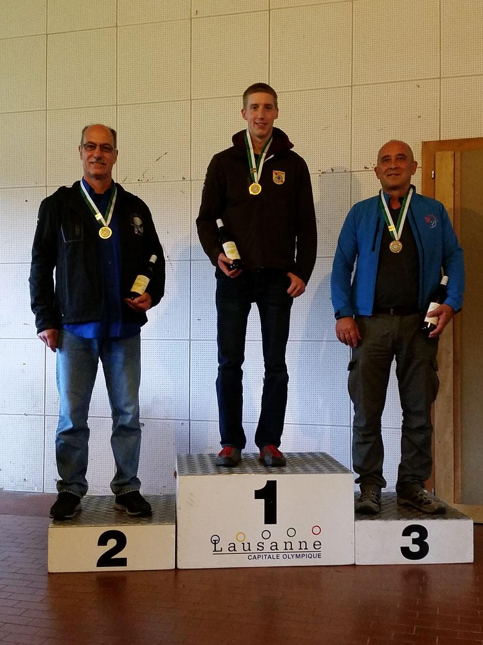 Podium catégorie A Elite : 1er GOY Sébastien (Ballens), 2ème MARTINET Renato (Froideville Tir Sportif) et 3ème CARVIN Bruno (Baulmes Misterdam)