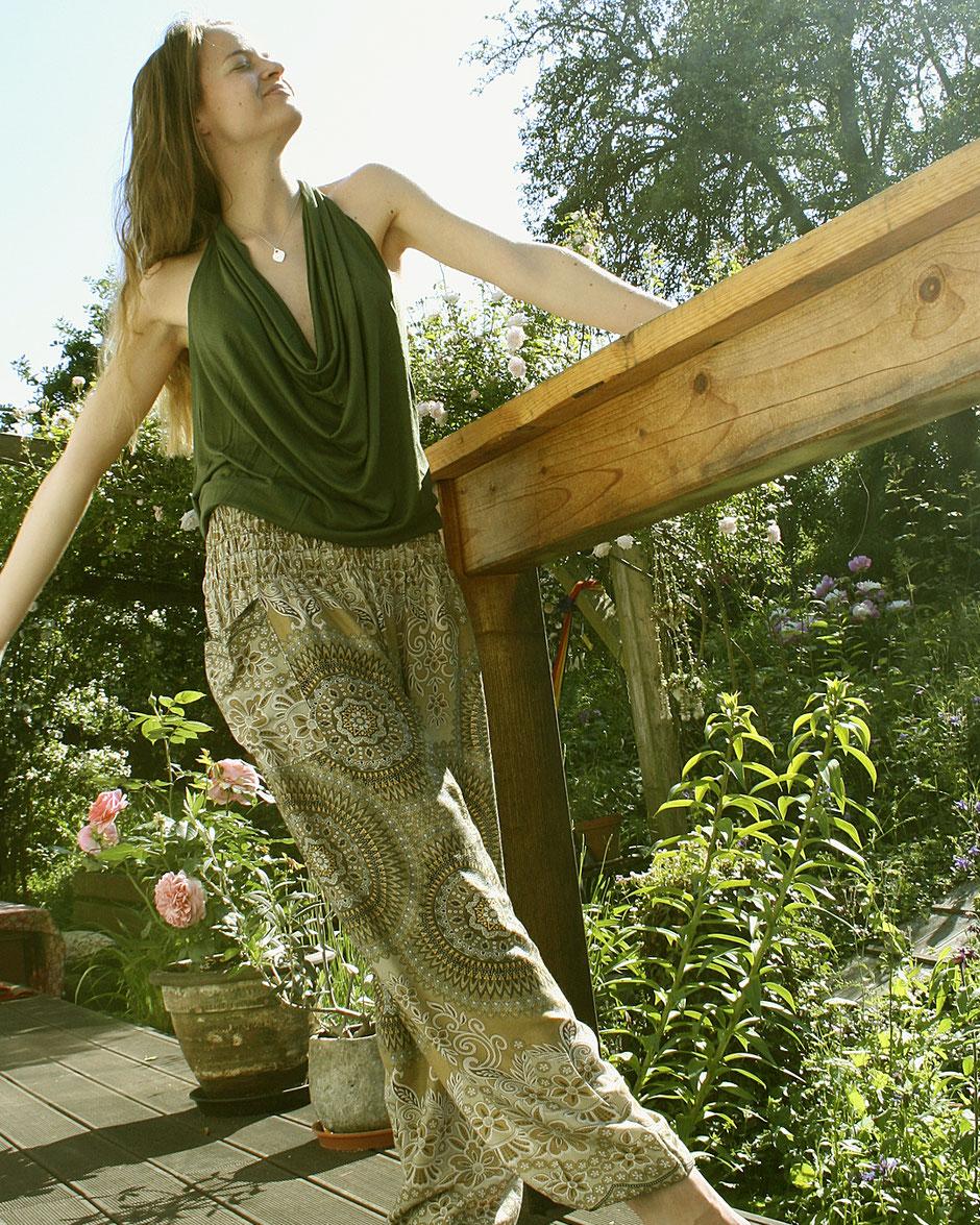 Model mit Haremshose, Yogahose, Pluderhose (Mandala und Blumen Muster, beige / gold, Fairtrade), glücklich und entspannt im Garten