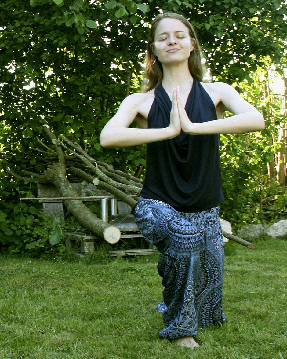 Model mit Haremshose, Yogahose, Pluderhose (Mandala und Blumen Muster, blau, Fairtrade) macht Yoga im Freien