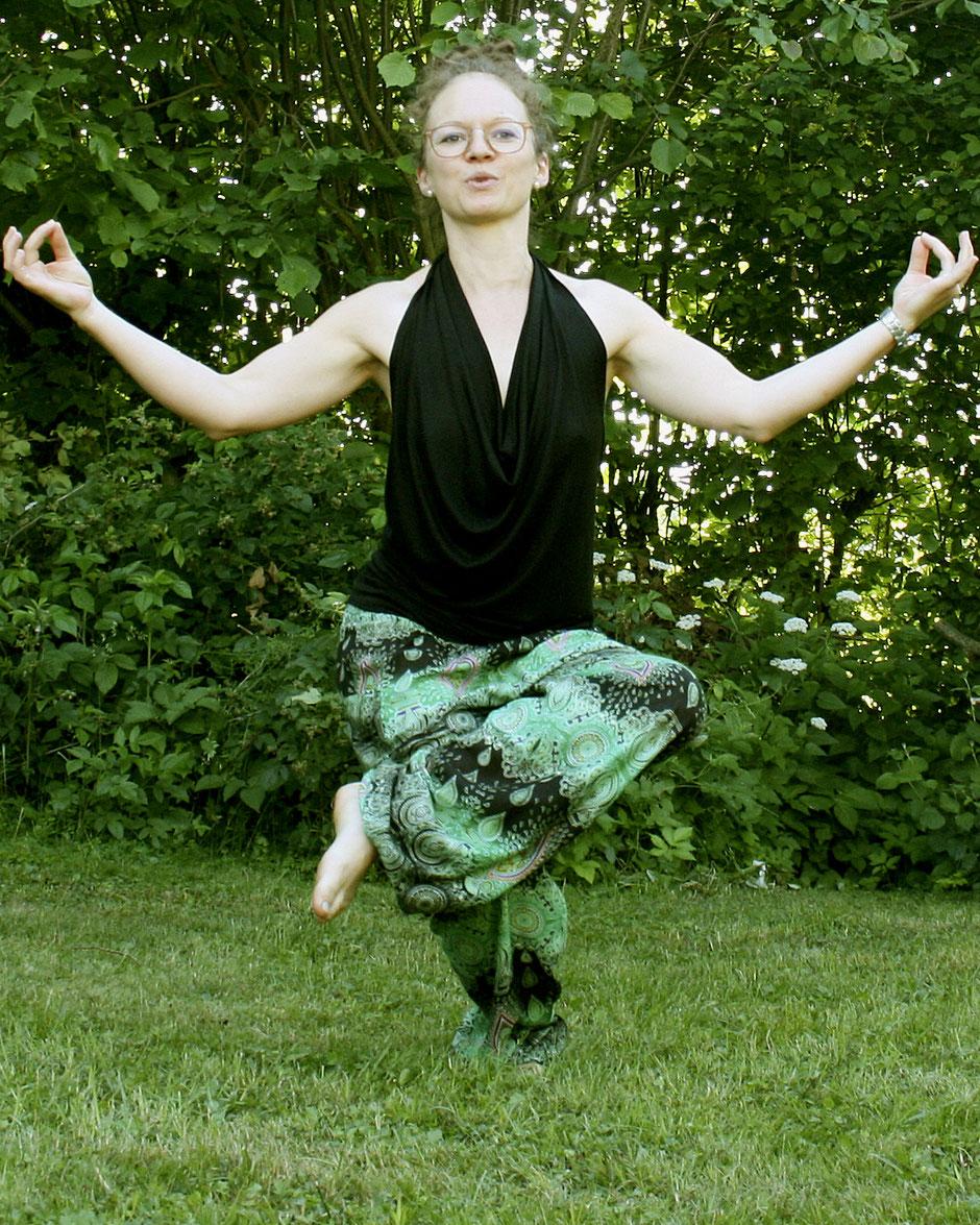 Fair, schön und gemütlich: Yoga mit 'Be shanti!' Haremshose / Yogahose / Pluderhose / Chillerhose mit Mandala-Muster, grün, schwarz