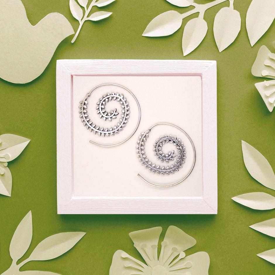 Ohrringe, Spirale, Zweig mit Blättern, Messing versilbert, Fairtrade