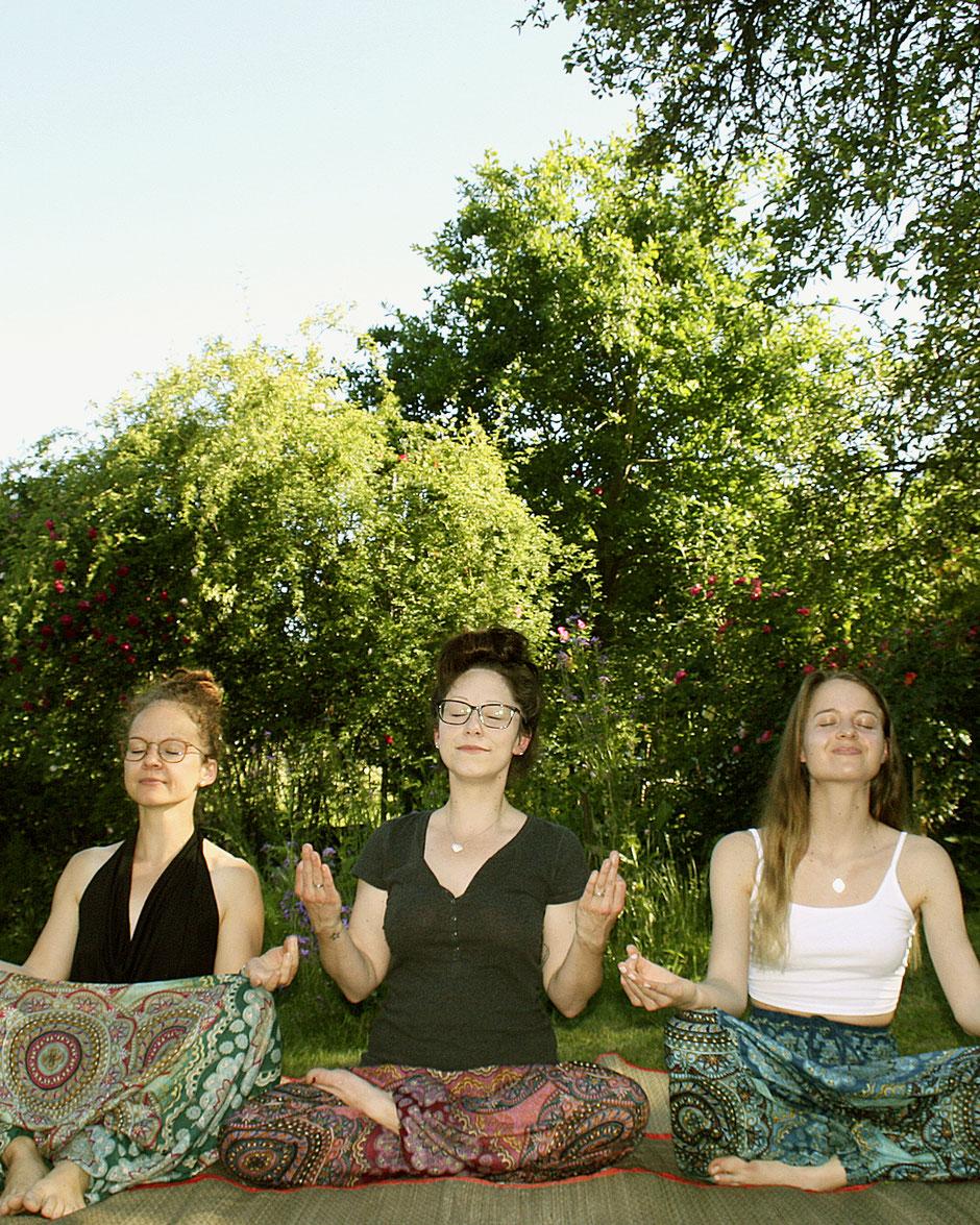 Damen mit Haremshose, Yogahose, Pluderhose (Mandala und Blumen Muster, bunt, Fairtrade) machen Yoga und Spaß im Freien