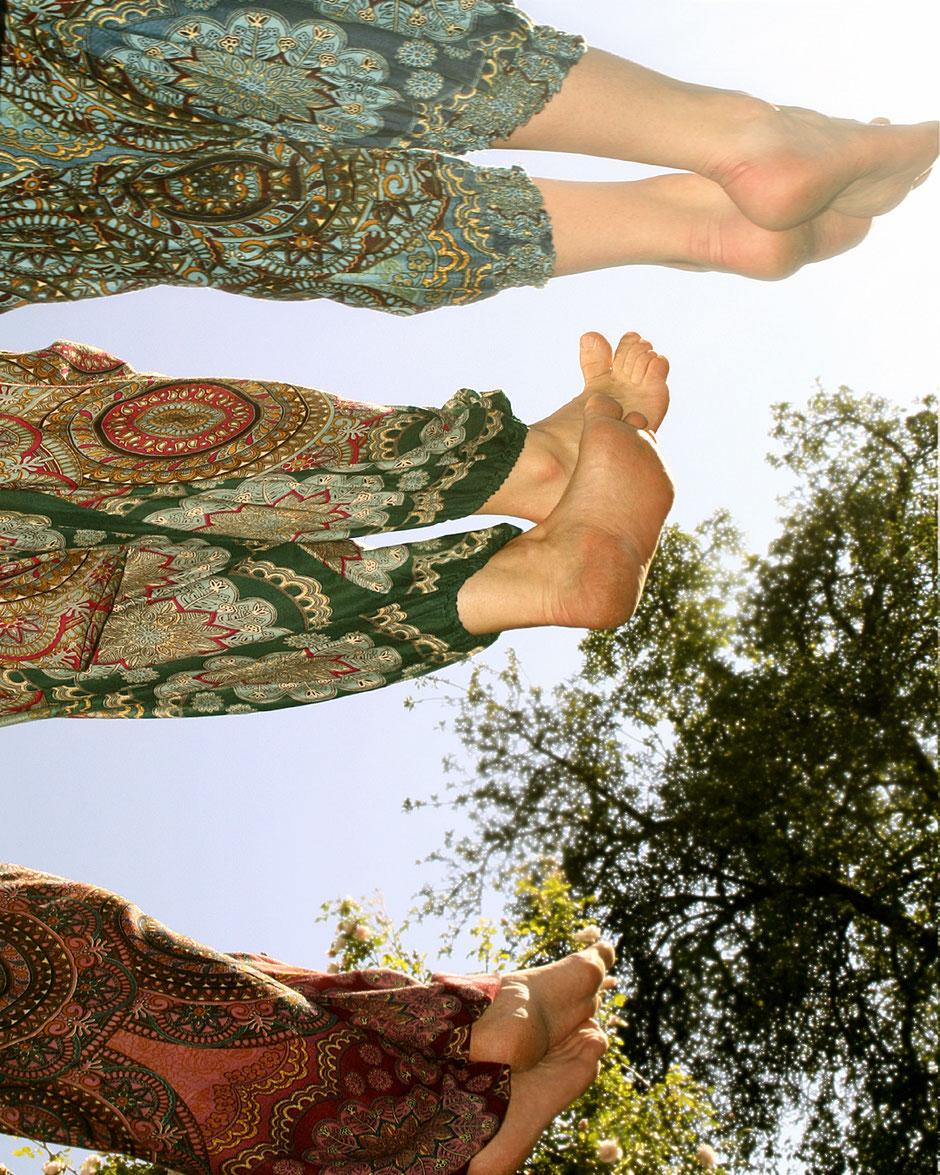 Freundinnen mit Haremshose, Yogahose, Pluderhose (Mandala und Blumen Muster, bunt, Fairtrade) haben Spaß im Freien