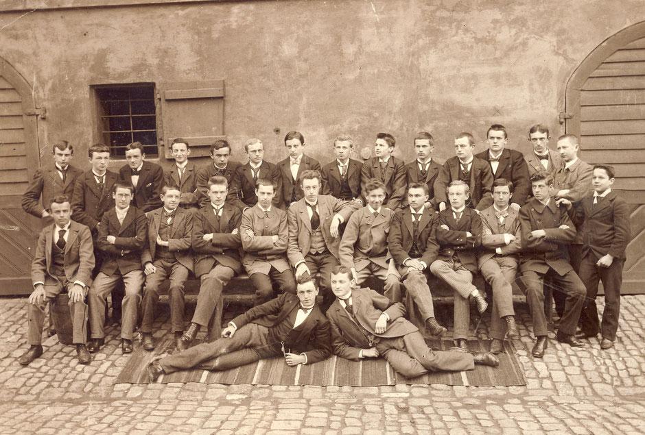 ca 1900 Gymnasium (Oskar dritter hinten von rechts)