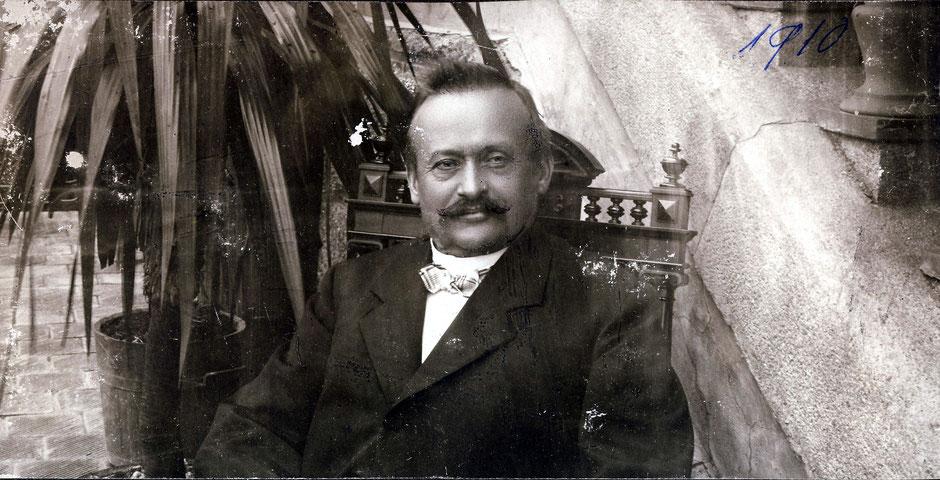 1910 Georg I am Eingang der Sommervilla
