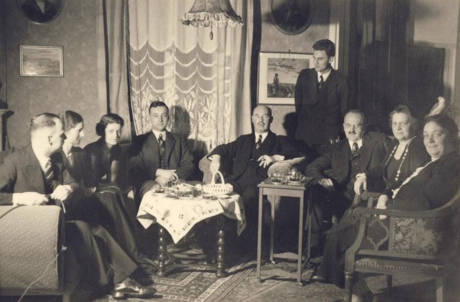 Weihnachten 1939: die Familie traf sich bei Georg II. in der Villa Mariahilfbergweg 32. Von links: Heiner(?), Elisabeth (Tochter von Oskar), Maria (Gattin von Kurt), Kurt, Georg II, Werner, Oskar, Brunhilde und Helene (Gattin von Georg II.)