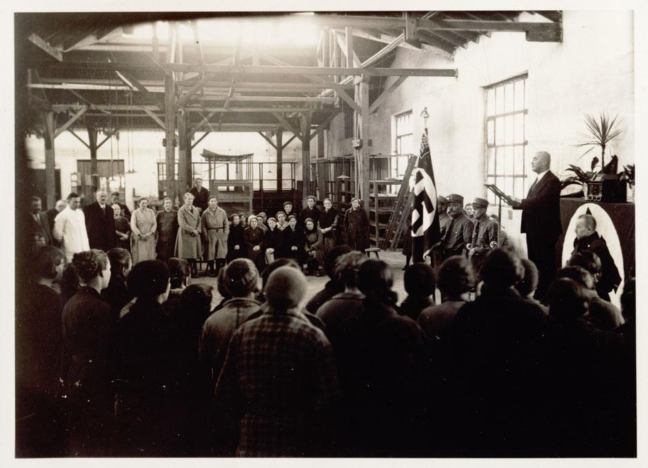 """21.3.1934 Eröffnung der """"Arbeitsschlacht"""". Betriebsversammlung im oberen Emaillierwerk. [11 Fotoalbum]"""