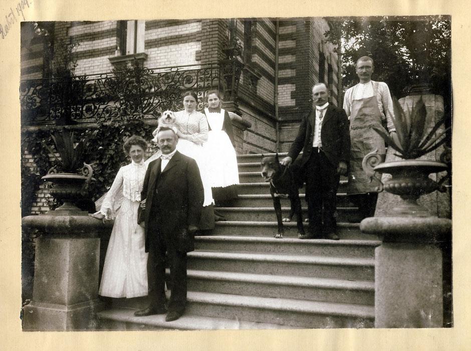 """1904 Sommervilla Erny, Georg mit """"Köchin Babette, Kutscher Ludwig und Gärtner Gustl"""""""