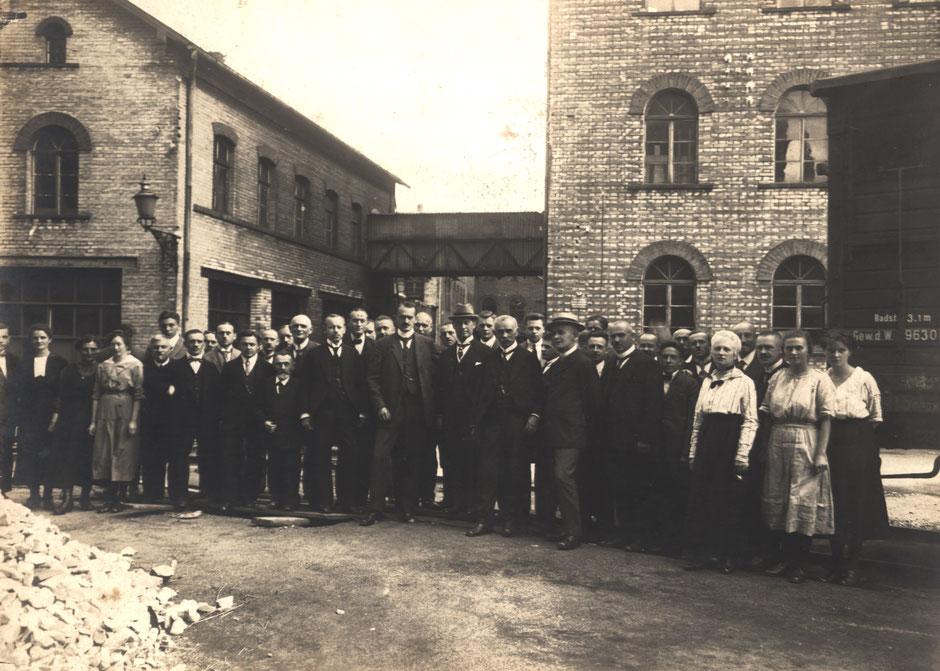 Nach 1918 (da Erhard fehlt), aufgenommen hinter dem Bürogebäude
