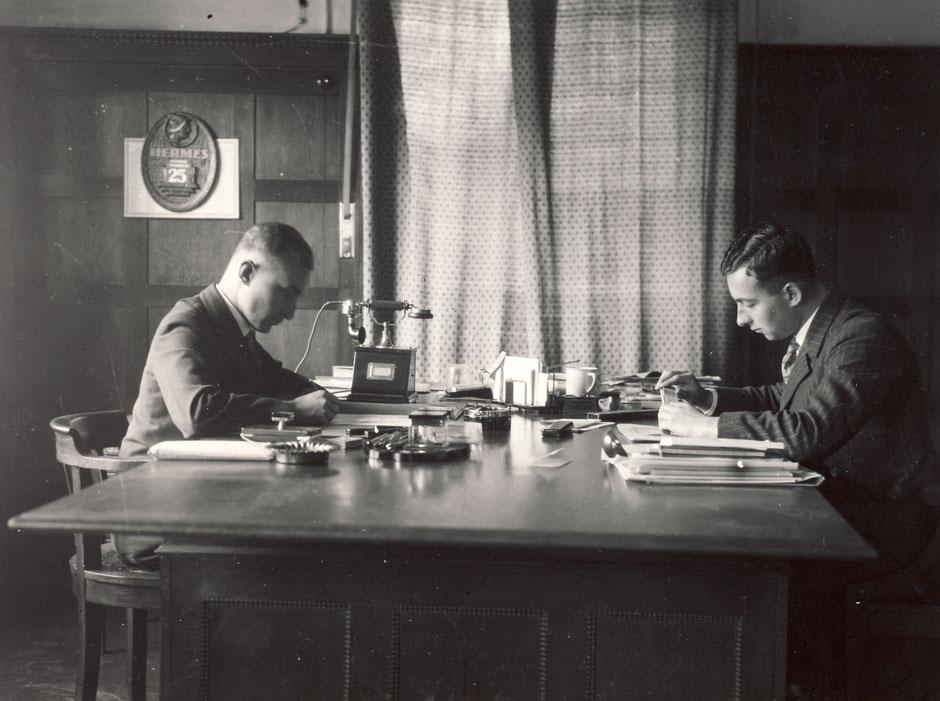Hans (li) und Kurt (re) im Hauptbüro, etwa 1940 [11]