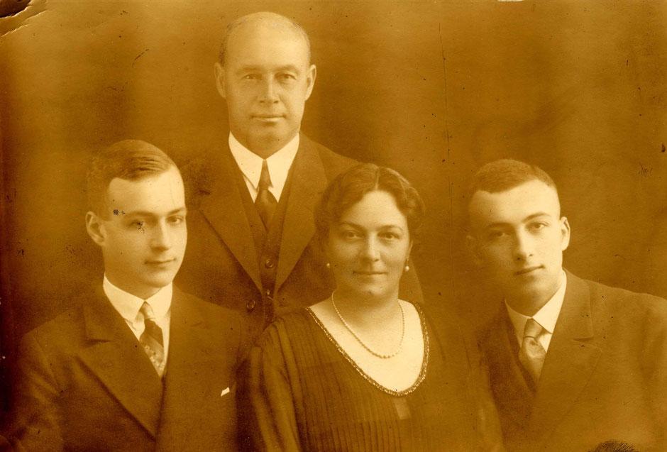 Georg II Baumann mit Frau Helene und v.l. den Kindern Erich und Kurt, etwa 1915.[11]