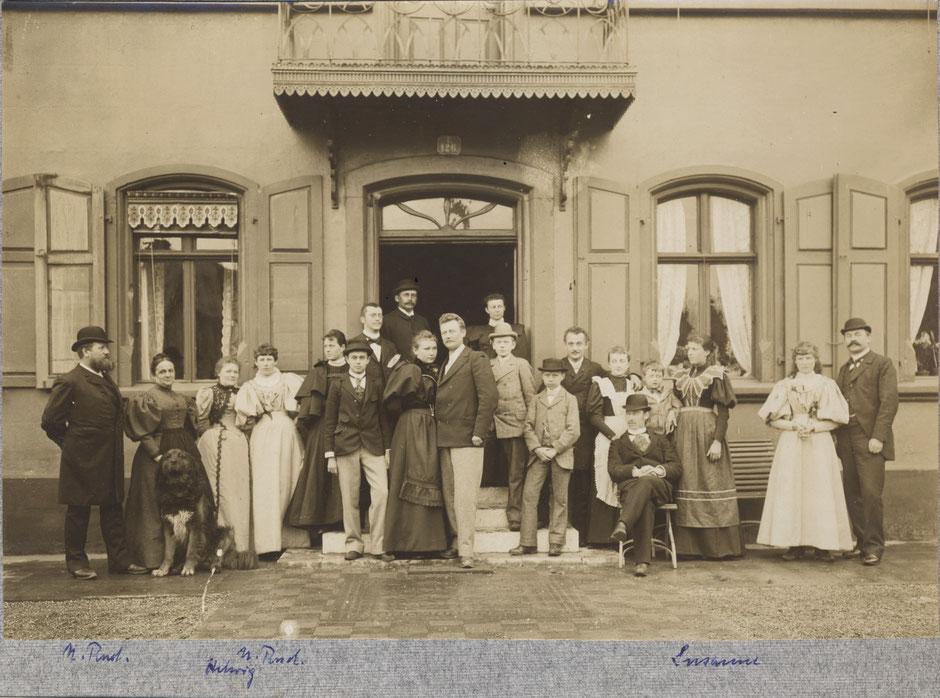 Familien Rudoph und Baumann ca 1900 vor dem Eingang
