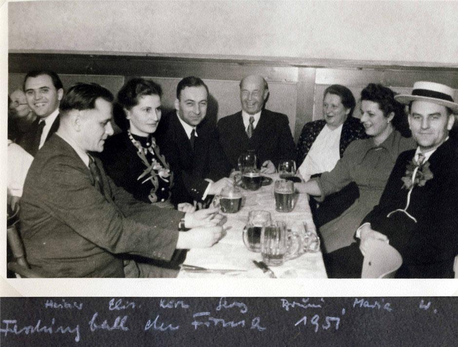 von links: Heldmann (am Nachbartisch), Heiner, Elisabeth, Kurt, Georg II, Brunhilde, Maria, Werner