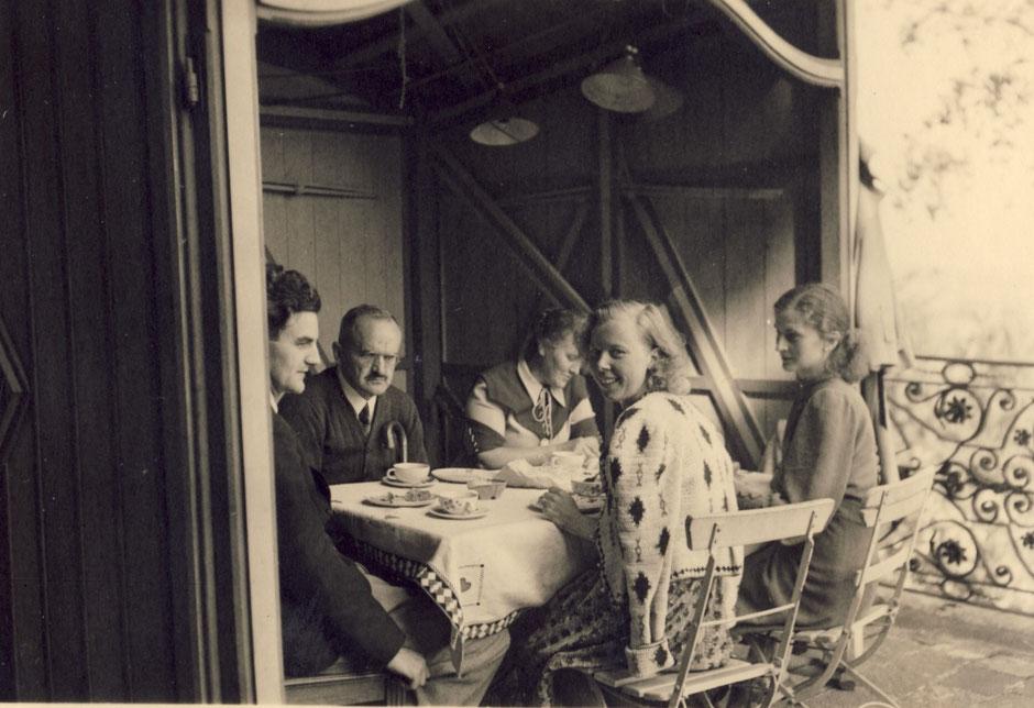 1942 Terrasse (von li.Werner, Oskar, Erna Bock, Lotte, Elisabeth)