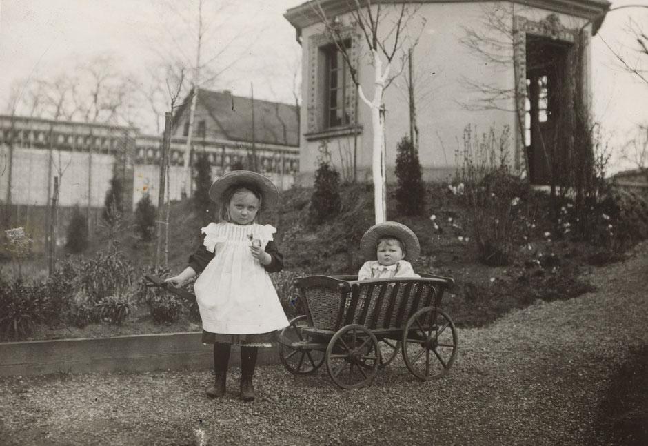 """Else und Brunhilde im Garten mit """"Pfarrhäusel"""" (so ist es im Fotoalbum beschriftet) um 1900."""