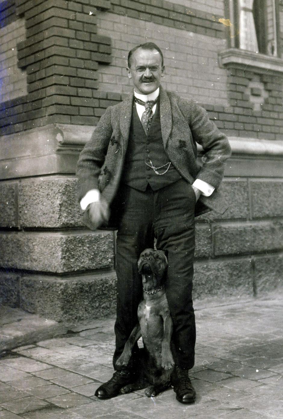 1926 Oskar mit Astor (eins der wenigen Fotos mit lächelnden Oskar)