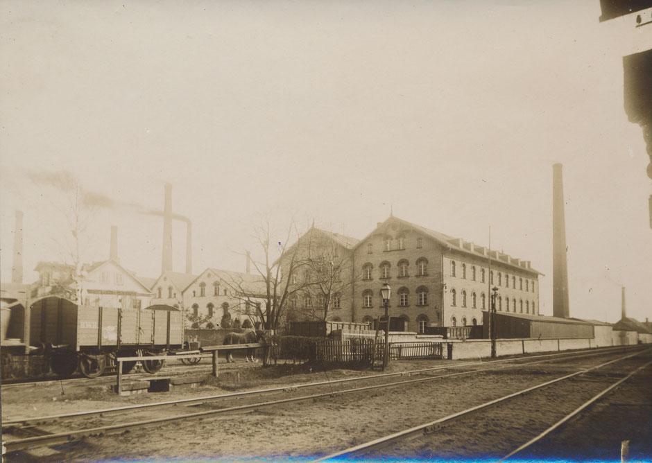 Ansicht der Fabrik von den Bahngleisen aus (1896, da im Fotoalbum gleichzeitig Bau der Wintervilla) [11]
