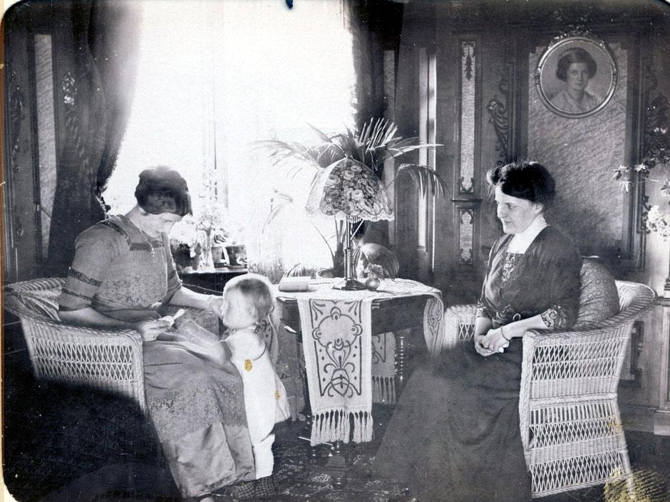 Elsa (rechts) mit Werner 1913 (Frau links unbekannt)