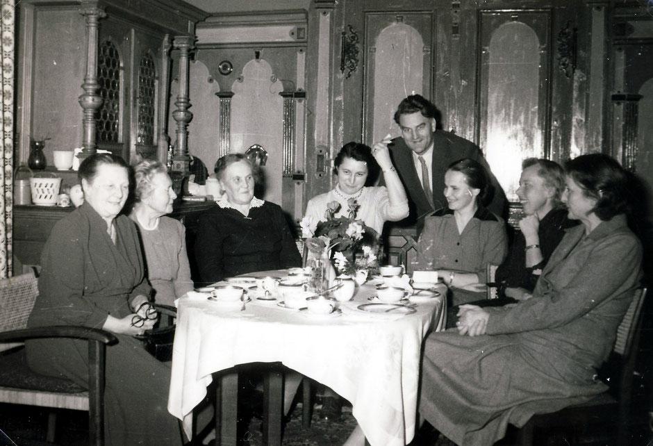 1955 Renate koye 50zigster Geburtstag (von li. Oma Werner, Mia Koye, Erna Bok, Renate Koye, Werner,?,Lotte,Elisabeth)