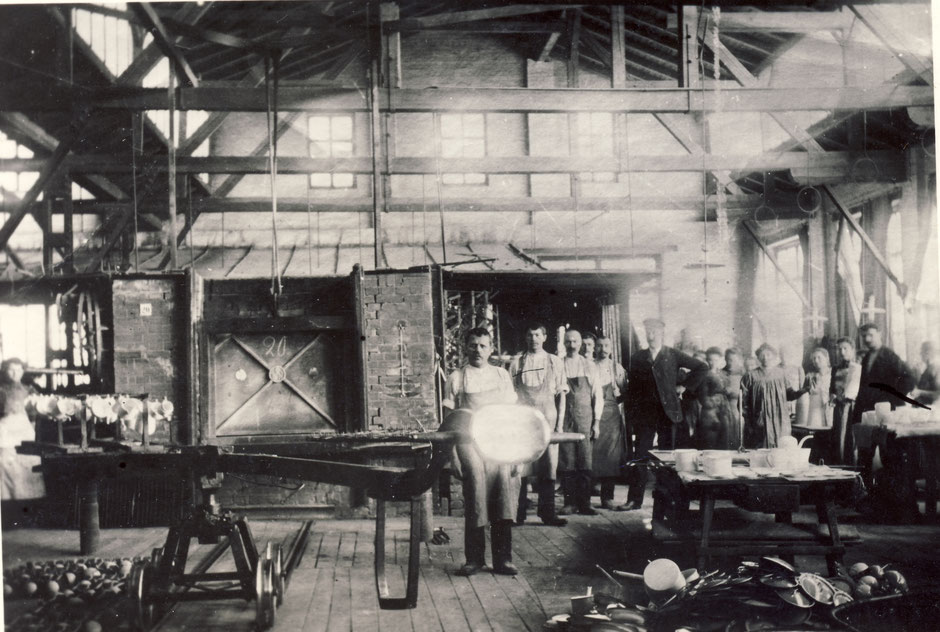 Muffelofen im Emaillierwerk, die Person im Anzug und Mütze könnte Georg II Baumann (1878-1968) sein.[11]