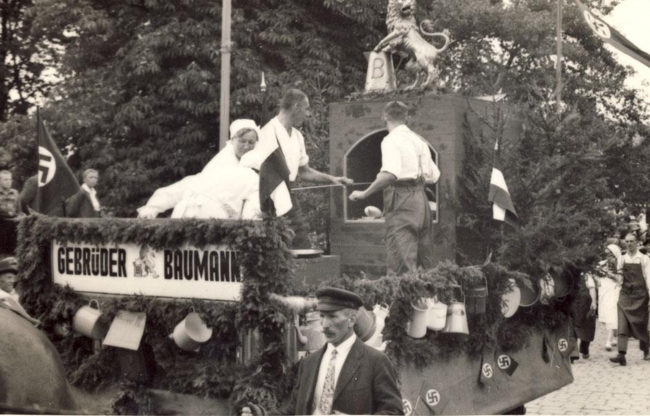 """Beschriftung im Fotoalbum """"Umzug 1.Oktober"""" [11]; etwa 1935 - Der Anlaß des Umzugs ist nicht bekannt, vermutlich Fasching."""