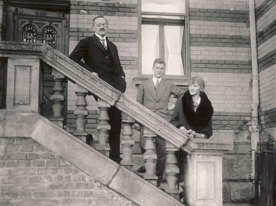 1930 Haupteingang (von li. Oskar, Werner, Elisabeth)