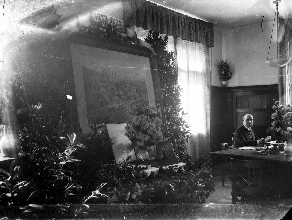 Hauptbüro Tisch mit Blumen zur 50 Jahr Feier, Im Hintergrund Georg II Baumann