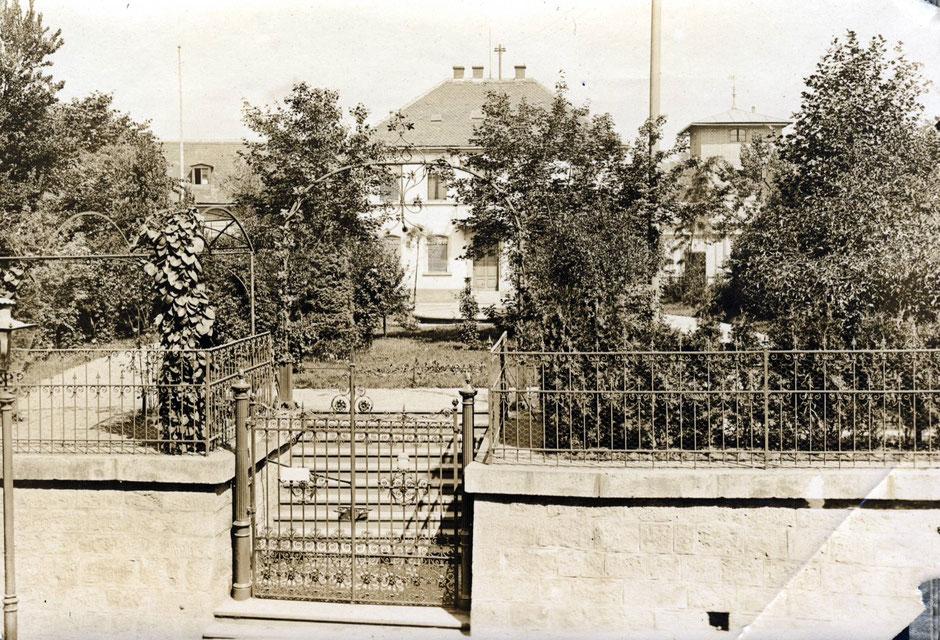 Das Haus im Winter und Sommer ca. 1910 - fotografiert von der Jahnstrasse [privat: einzelne Blätter im roten Fotobuch]