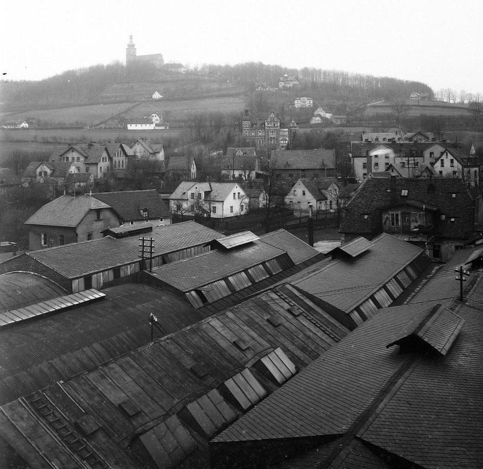 Blick über die Dächer des Emaillierwerks zum Berg; etwa 1915