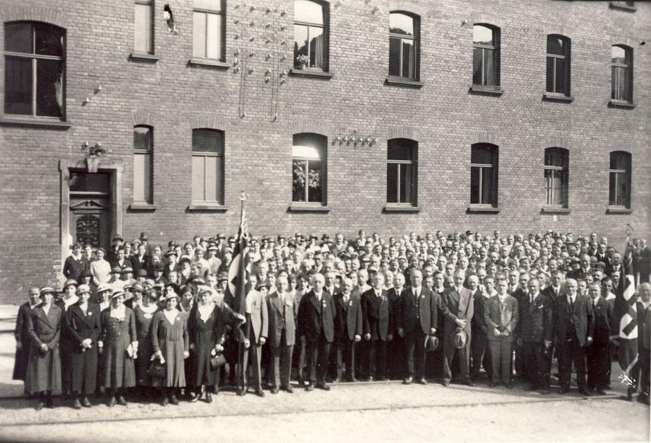 ca1934 Anlaß nicht bekannt [11]. Man kann Herrn Lippold (weisse Haare), Georg (hält Hut mit einer Hand) und Hans (hält Hut mit beiden Händen) erkennen.