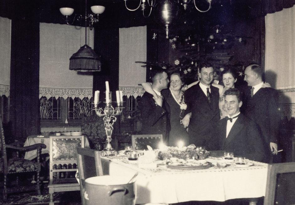 """1934 """"Sylvesterfeier bei Hans und Deten"""" von links: Heiner,  Bruni, Kurt, Deten, Werner, Hans."""